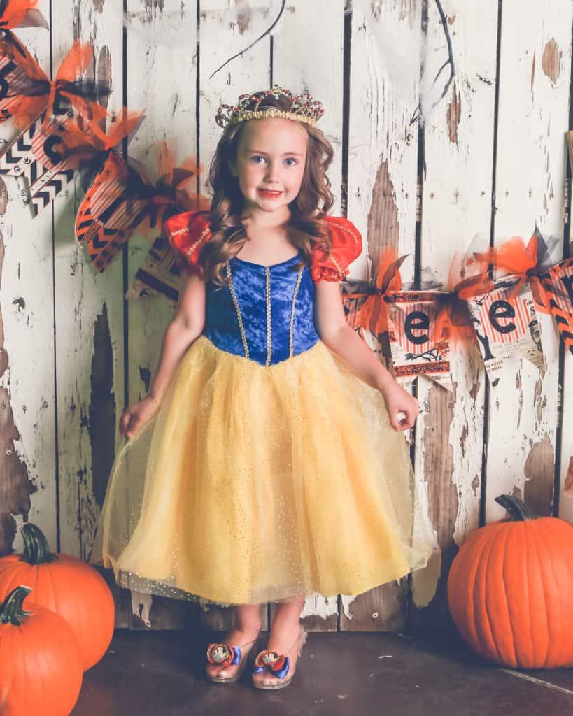 Backdropz Halloween Mini Session Giveaway | www.housewivesofriverton.com