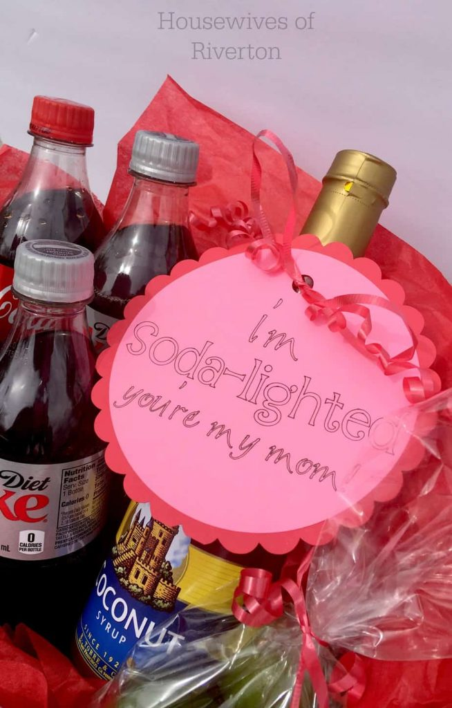 Make this Mother's Day Tag with Cricut and Design Space. Pair it with a cute basket full of soda-licious items for a perfect Mother's Day gift! | www.housewivesofriverton.com