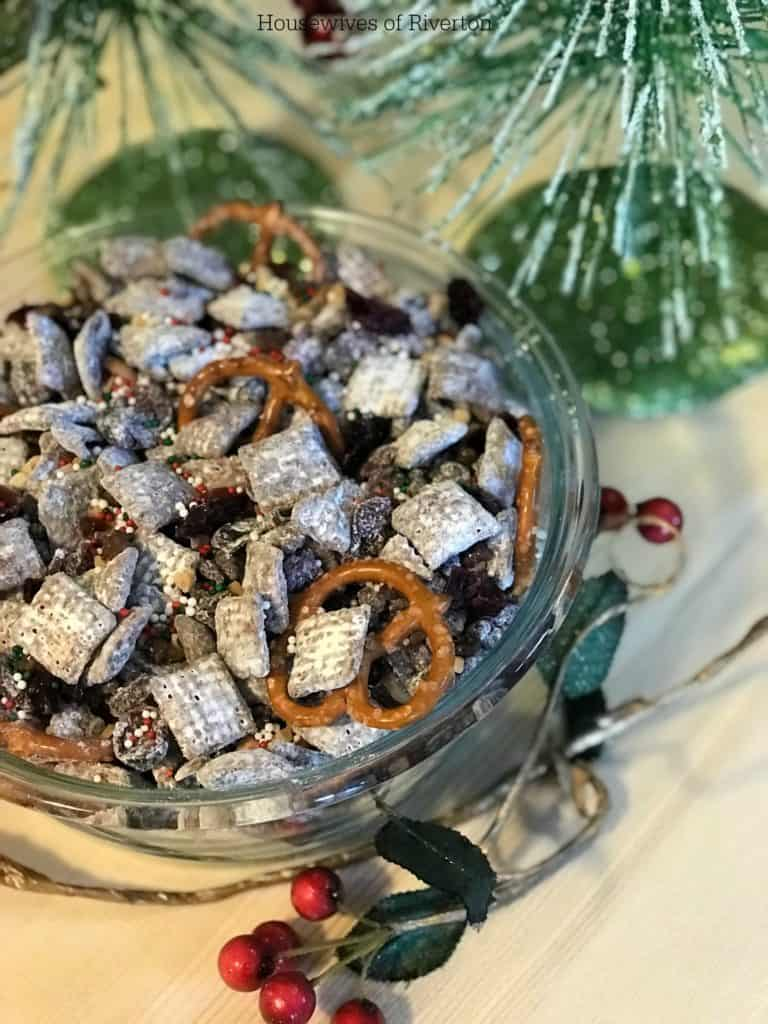 Reindeer Food is a fun, holiday snack that your kids can help make! | www.housewivesofriverton.com
