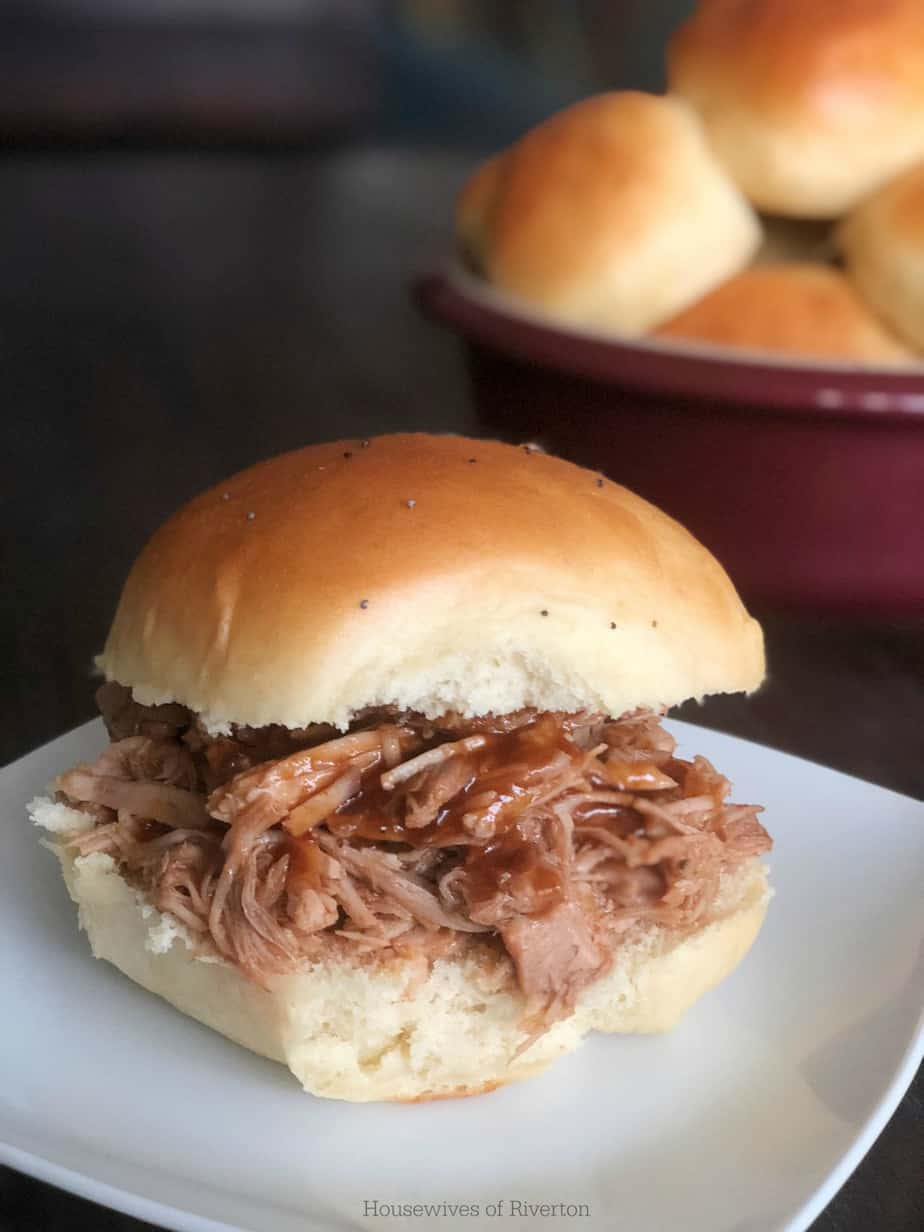 Pulled Pork Sliders on Hawaiian Sweet Rolls | www.housewivesofriverton.com