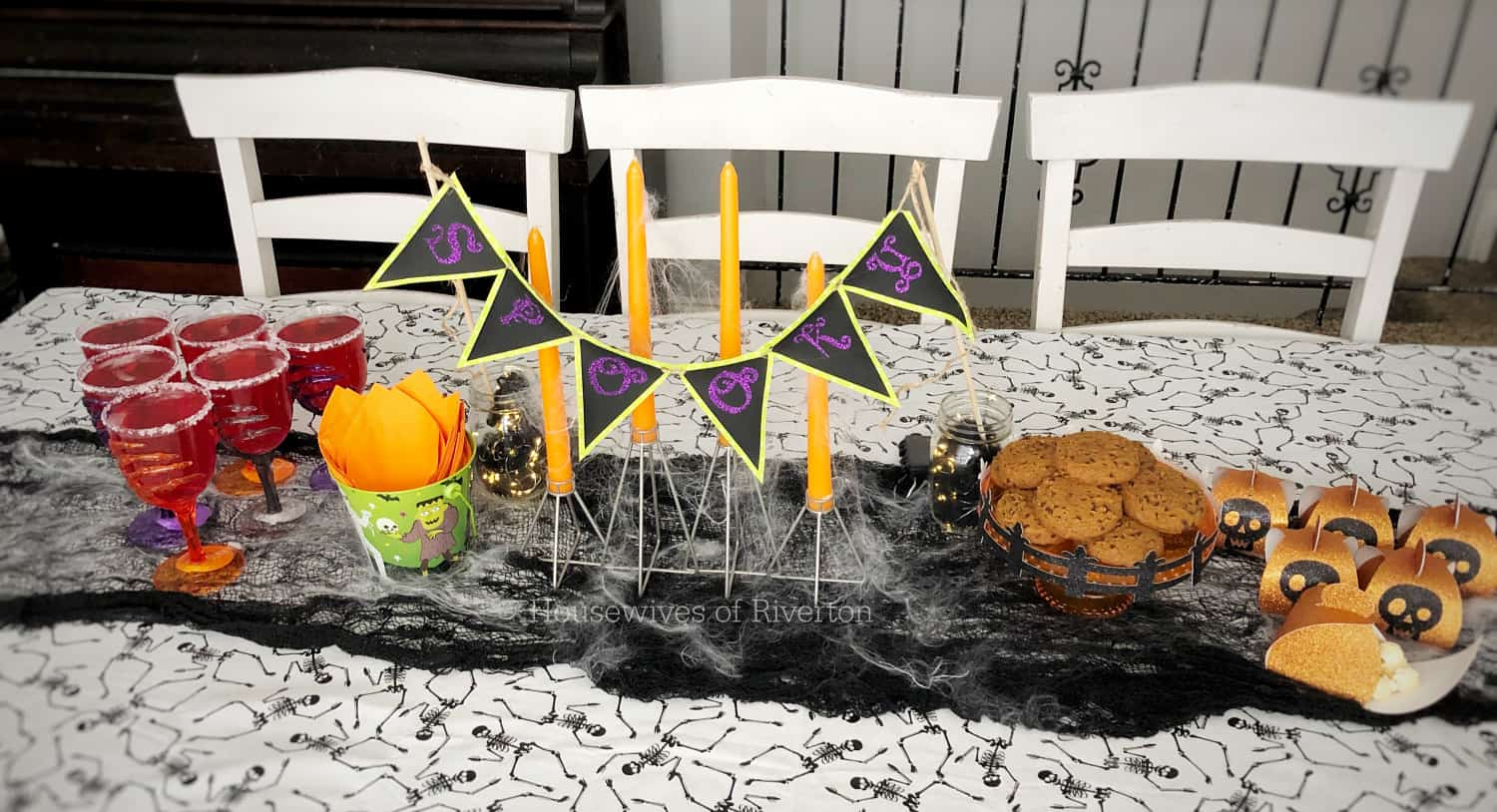 Easy Halloween Table Decor with Cricut | www.housewivesofriverton.com