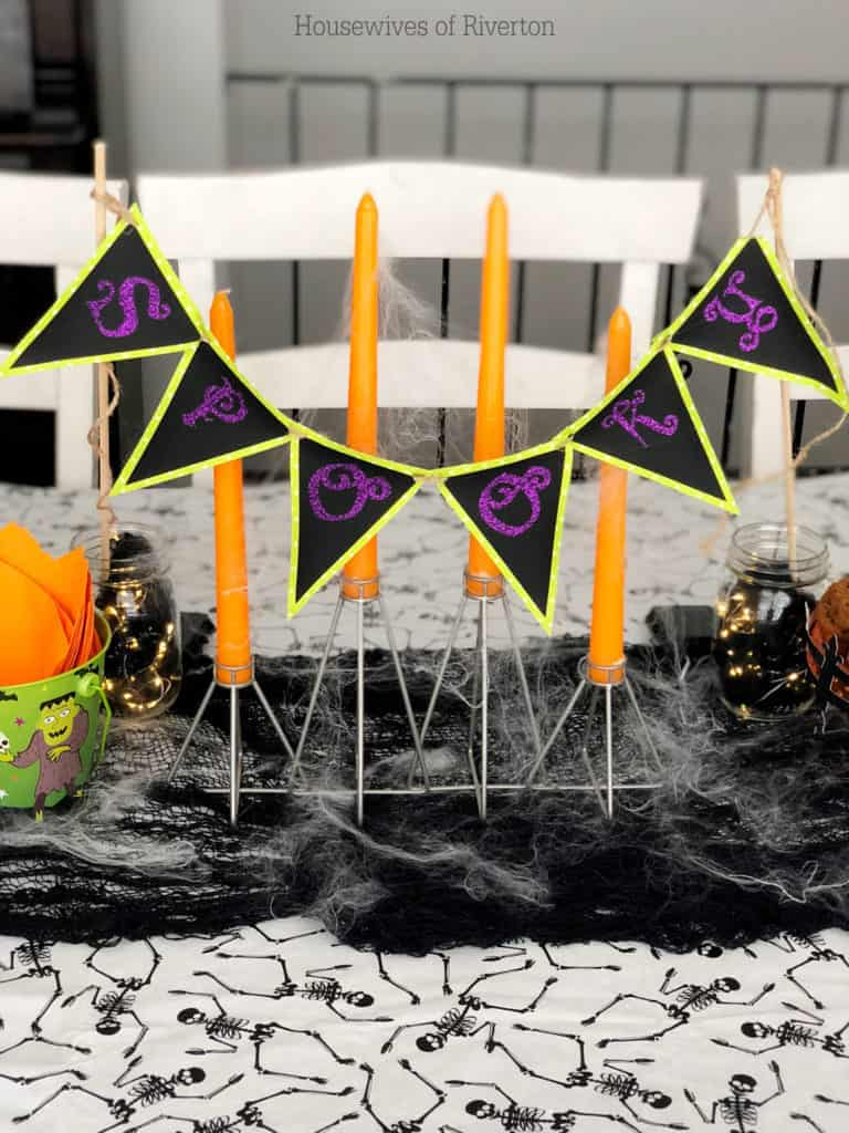 Spooky Table Banner with Cricut | www.housewivesofriverton.com