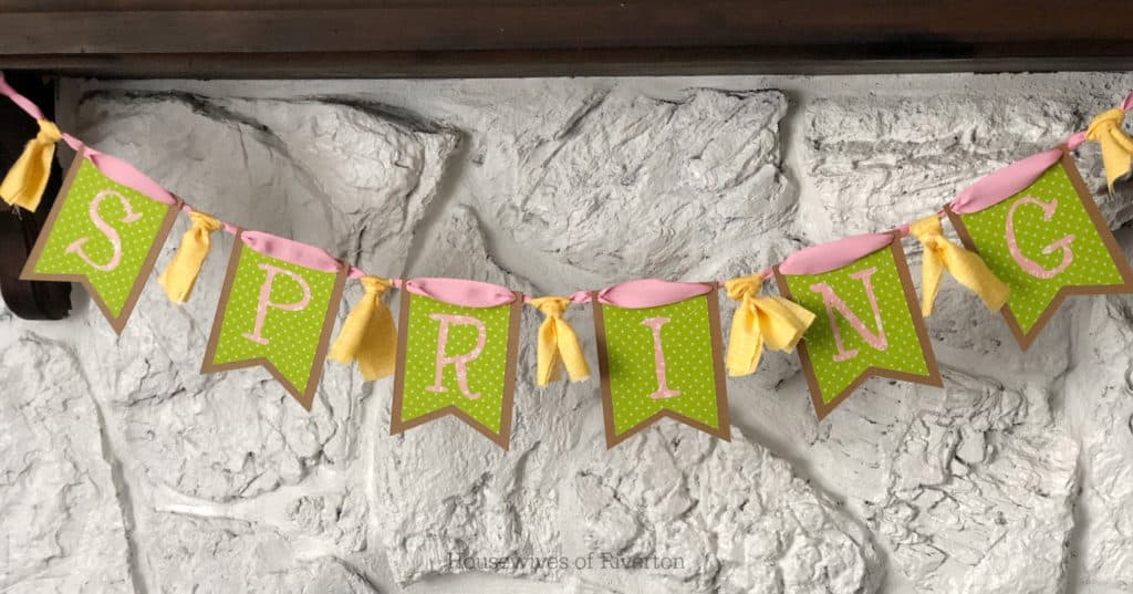 Spring Chipboard Banner with Cricut EasyPress 2 | www.housewivesofriverton.com